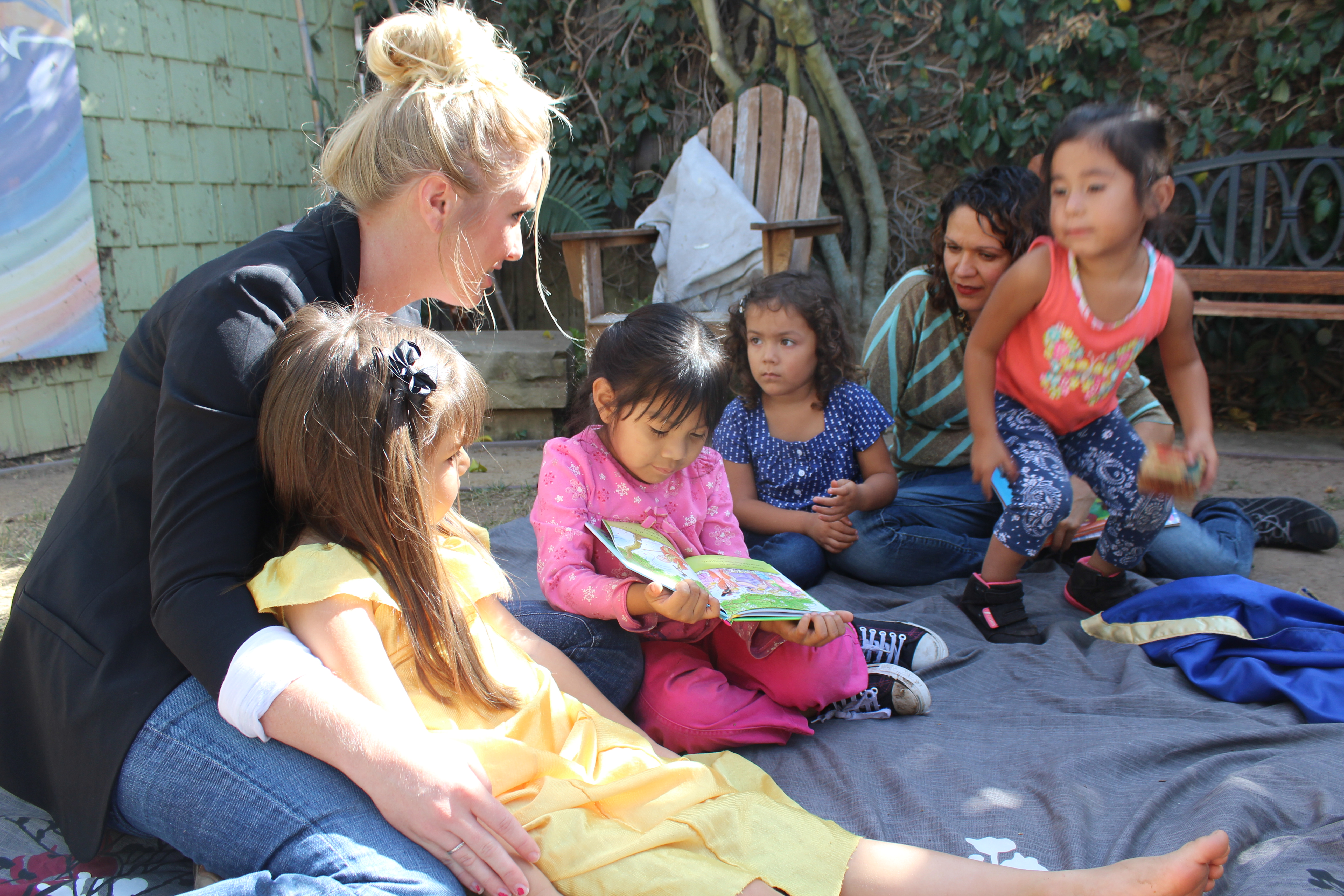 Erin reading to kids[3]